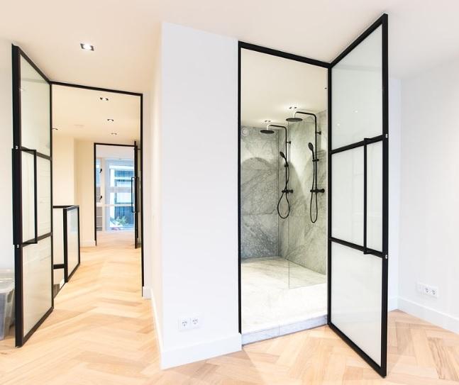 Stalen deuren in badkamer en hal, gecombineerd met marmer tegels en eiken houten vloer