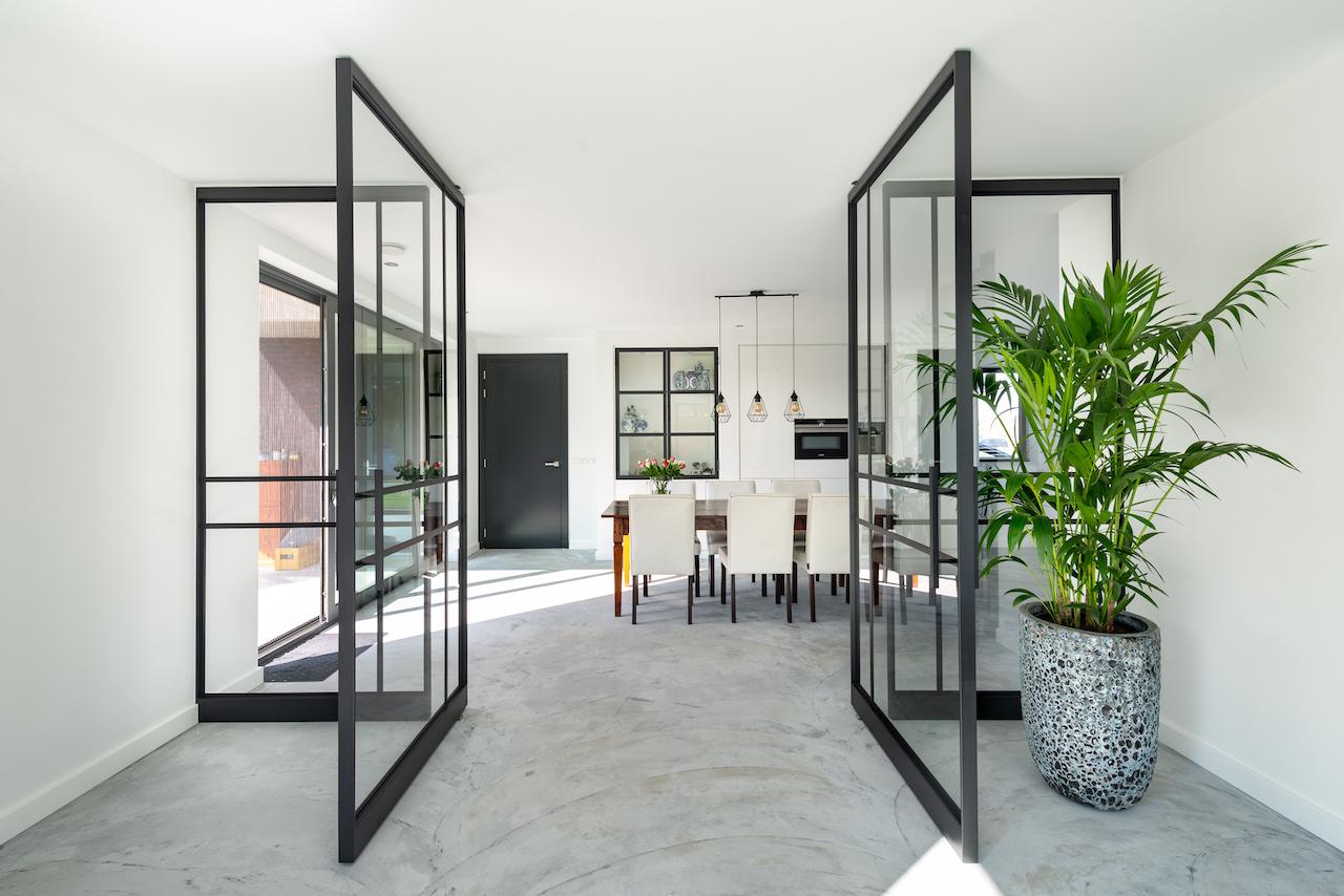 Stalen taatsdeuren als ensuite deuren in industrieel interieur