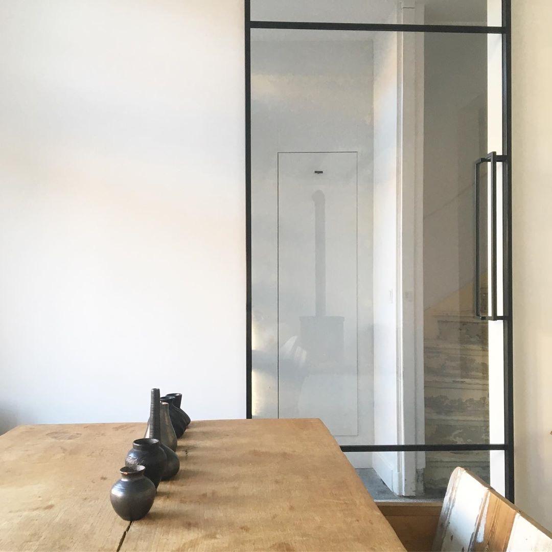stalen deur met glas in de eetkamer