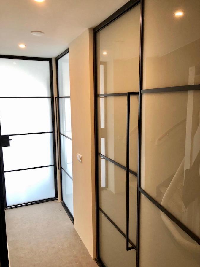 Stalen deuren in de hal op bovenverdieping