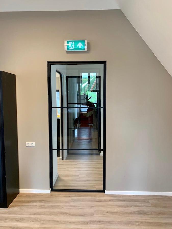 Stalen deuren met glas in kantoorinrichting