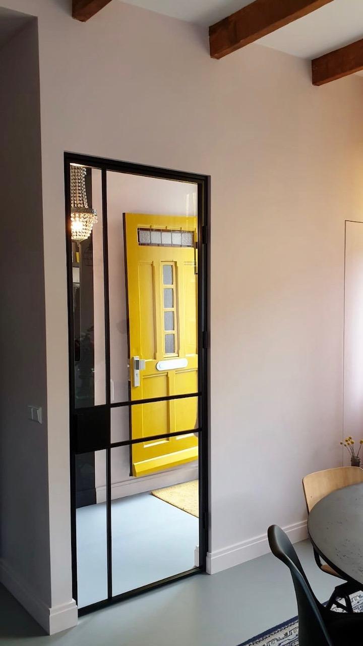 Industriele deur bij verbouwing van karakteristieke woning