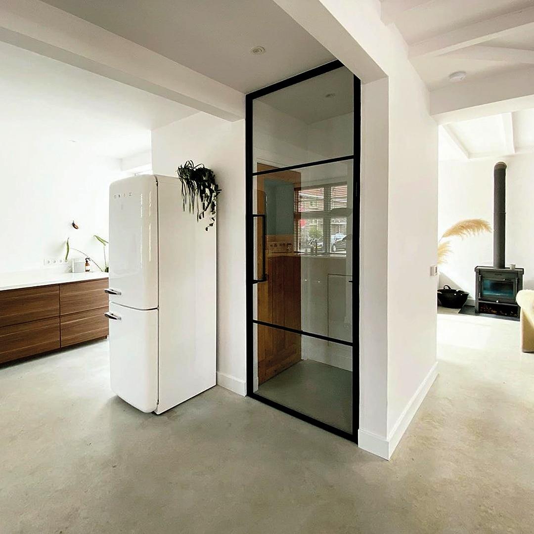 Stalen deur in modern interieur